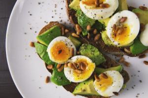 ocho-alimentos-que-no-pueden-faltar-en-una-nevera-millennial