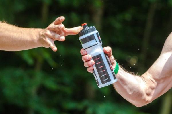 como-hidratarnos-adecuadamente-al-correr