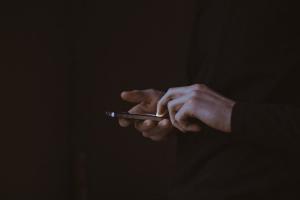 mirar-a-oscuras-el-smartphone-causa-insomnio-cronico