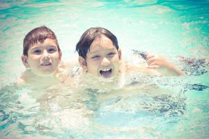 este-verano-mas-buceo-en-las-piscinas-y-menos-internet