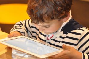 riesgos-en-los-ninos-del-uso-excesivo-de-pantallas