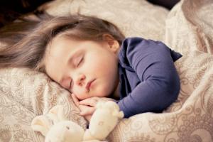 como-ensenar-a-los-ninos-a-dormir-sin-luz-de-apoyo-un-habito-cont