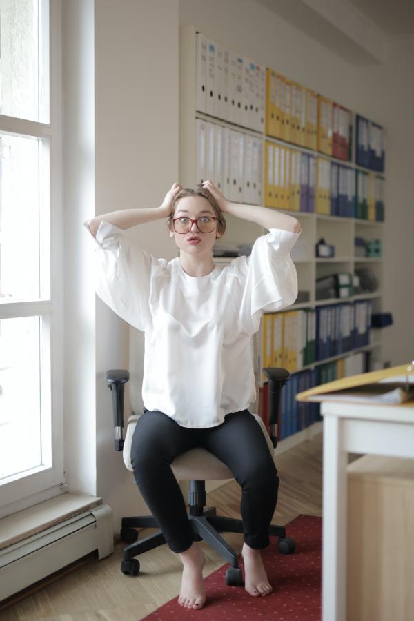 los-mejores-ejercicios-para-realizar-en-casa-con-una-silla