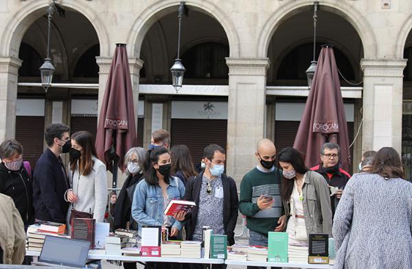 sant-jordi-toma-las-calles-y-planta-cara-a-la-pandemia