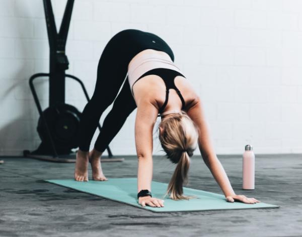 5-posturas-de-yoga-para-bajar-de-peso