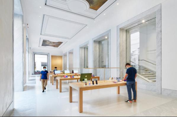esta-es-la-impresionante-tienda-de-apple-que-acaba-de-abrir-en-roma