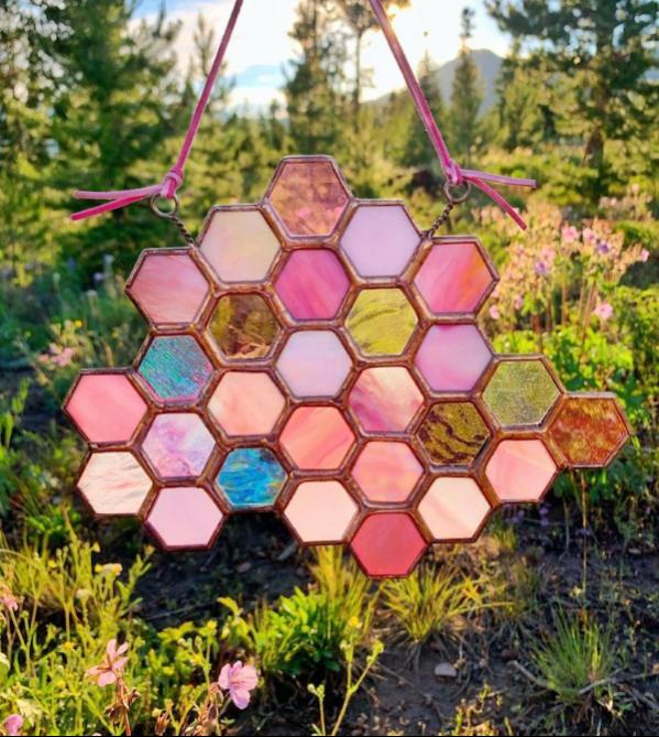 colores-vivos-en-las-vidrieras-organicas-e-hipnoticas-de-meggy-wilm